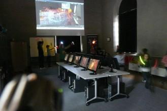 Los niños juegan con las luces en el taller de lightpainting para niños de Children of Darklight