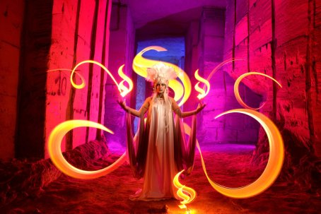 Bélgica. Foto: Kim Von Coels; model: Patry Diez; stylism: Kim Von Coels & Patry Diez; lightpainters: Kim Von Coels, Cisco Lightpainting