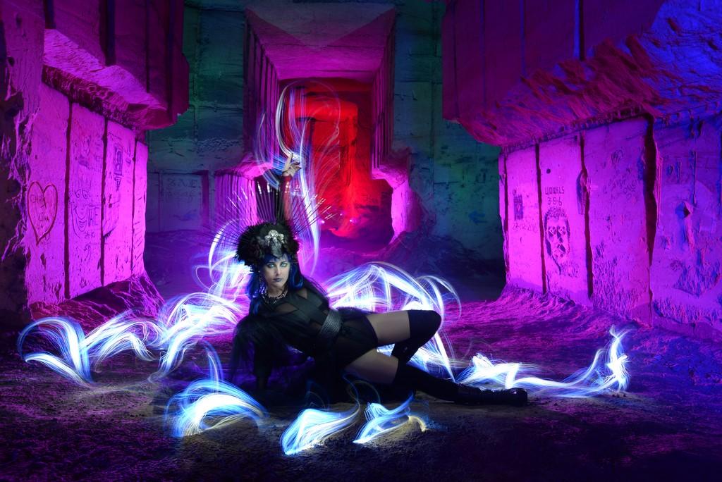 Bélgica. Foto: Kim Von Coels; model: Patry Diez; stylism: Kim Von Coels & Patry Diez; lightpainters: Kim Von Coels, Frodo DKL &