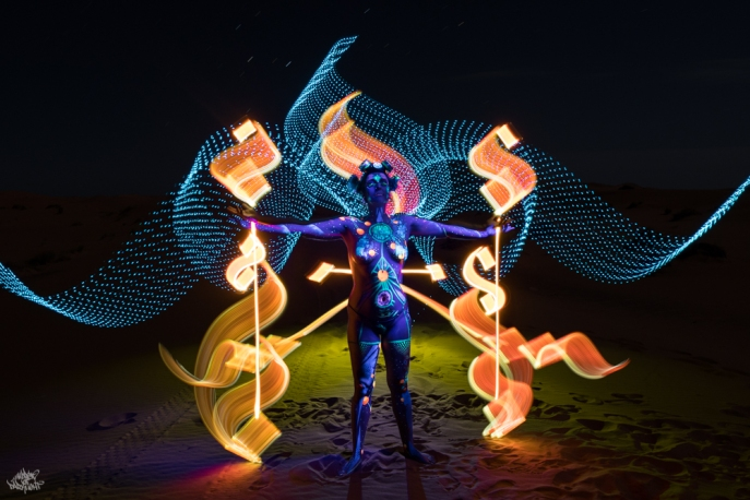 LIGHTPAINTERSUNITED #3 MERZOUGA MEETING 2018. Photo: Frodo DKL (Children of Darklight). Model: Patry Diez. Bodypaint Artist: Sita Vilaça. Lightpainters: Fella Malou & Frodo DKL